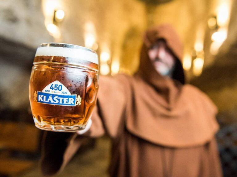 Pivovar Klášter slaví 450 let. Sládci obdarovali milovníky piva i sebe ležákem dle prastaré receptury