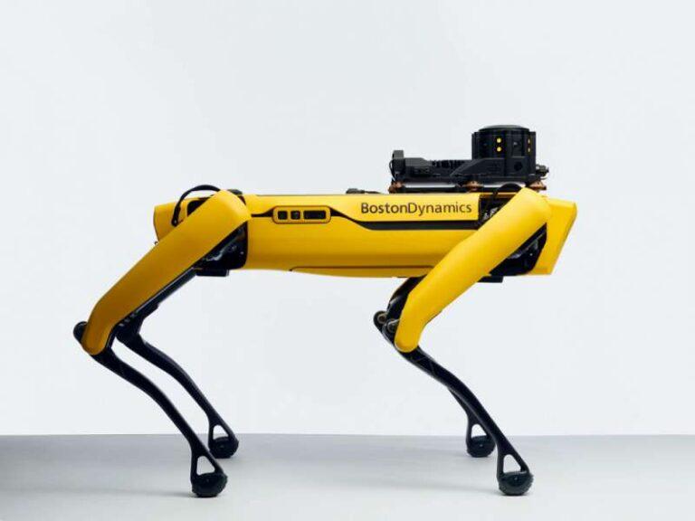 Roboti v Seville nalévají a roznášejí pivo